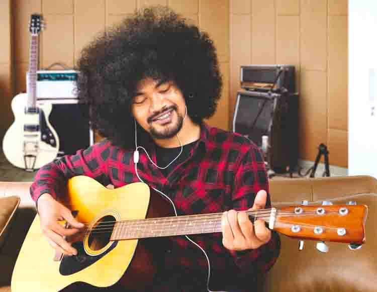 Man with Afro Learning Guitar Online with Truefire